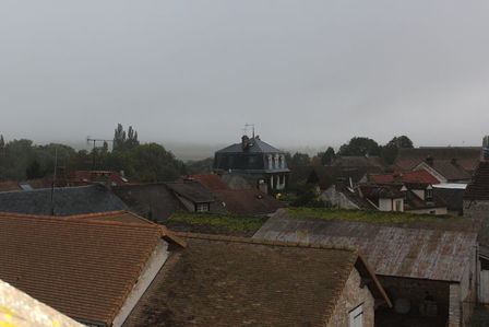 Vue des toits de Davron sous la brume du matin ben tiens