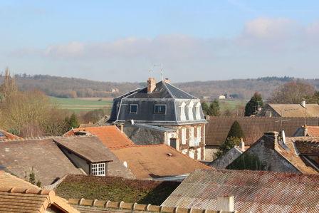 Vue des toits de Davron sous le soleil